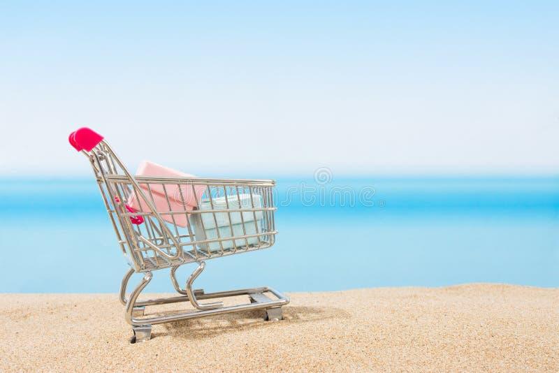 Signings del verano, viaje que hace compras Carro en la playa fotos de archivo libres de regalías