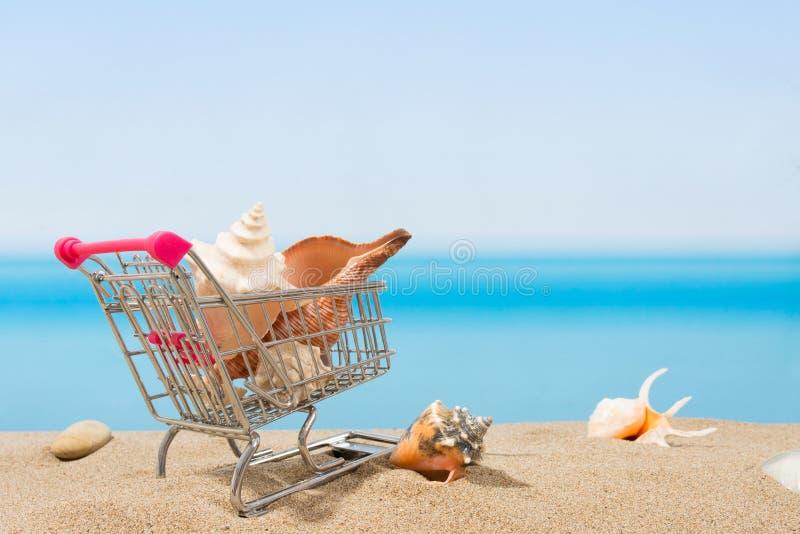 Signings del verano, viaje que hace compras Carro en la playa fotografía de archivo