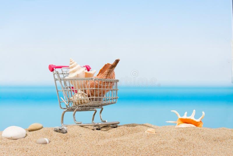 Signings del verano, viaje que hace compras Carro en la playa imagenes de archivo