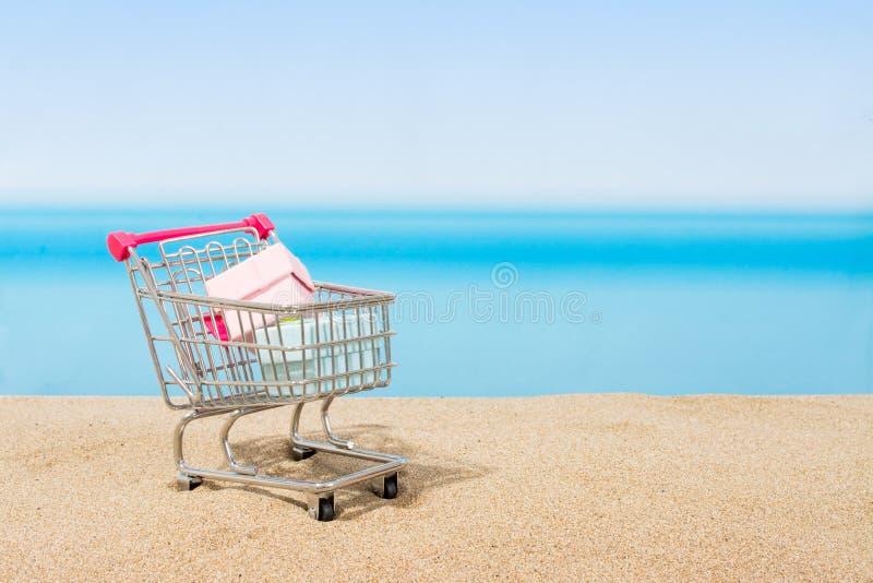 Signings del verano, viaje que hace compras Carro en la playa imagen de archivo