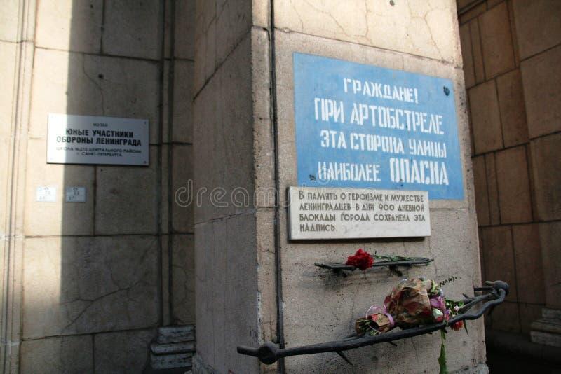 Signituren på gataväggen efter världskrig II på den Nevsky avenyn i Sain Petersburg royaltyfri fotografi