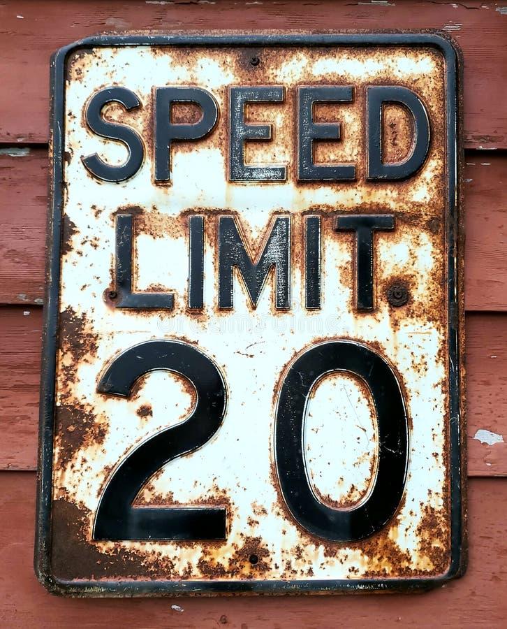 Signo de carretera de límite de velocidad antiguo fotografía de archivo libre de regalías