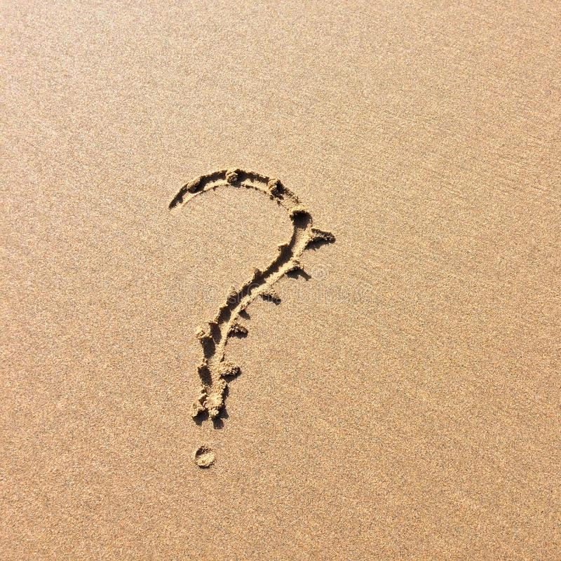 Signo de interrogación dibujado en la arena, el símbolo del misterio y cribas imágenes de archivo libres de regalías