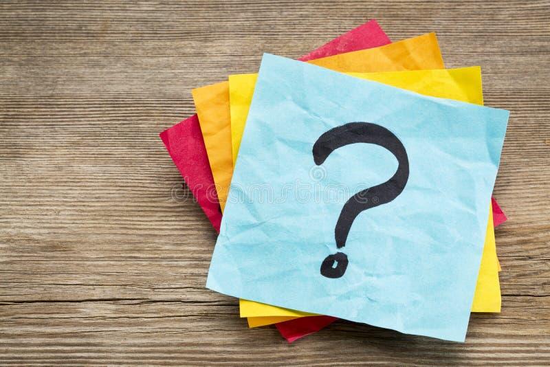 Signo de interrogación en nota pegajosa foto de archivo libre de regalías