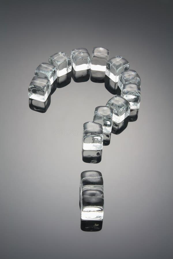 Signo de interrogación formado por los cubos de hielo fotos de archivo