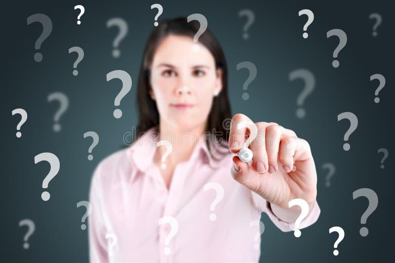 Signo de interrogación joven de la escritura de la mujer de negocios. foto de archivo