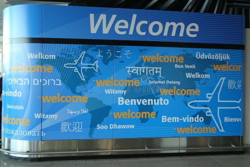 Signo positivo dentro del terminal 4 de la línea aérea del delta en el aeropuerto internacional de JFK en Nueva York imagen de archivo