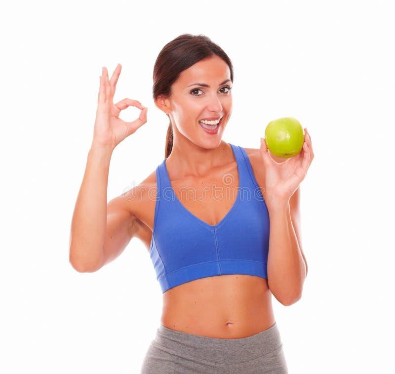 Signora abbastanza latina sulla frutta della tenuta di dieta fotografia stock