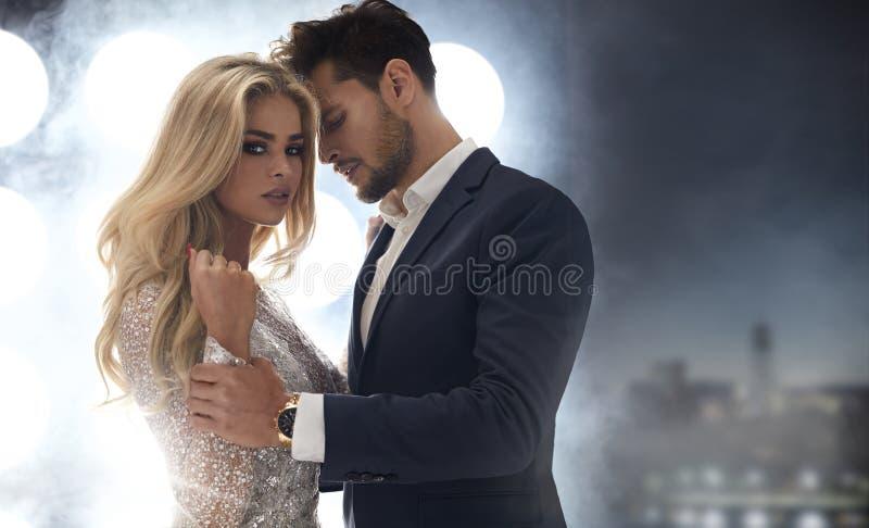 Signora adorabile e elegante che seduce il suo ragazzo bello immagini stock libere da diritti