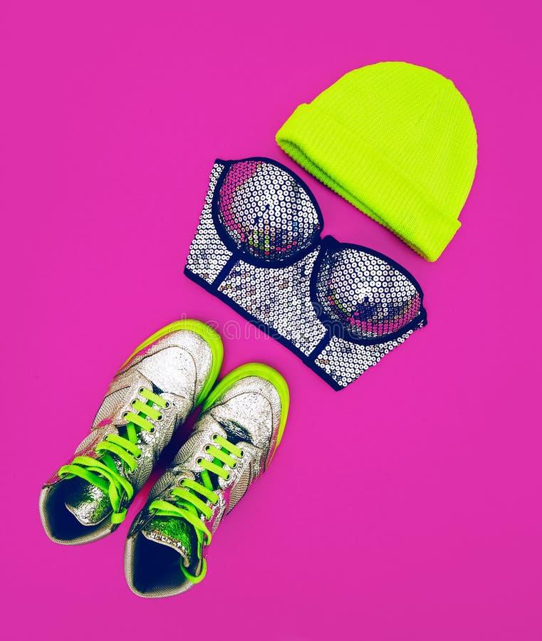 Signora affascinante degli accessori alla moda Metta al partito: adatti lo Sn fotografia stock