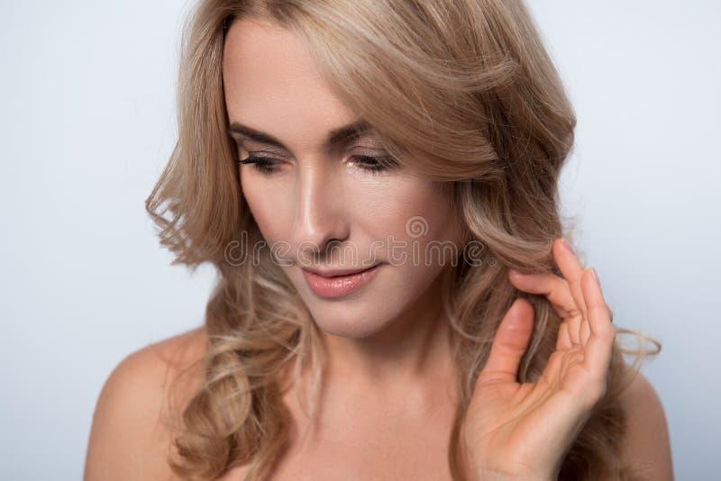 Signora affascinante splendida sta stando meditatamente fotografie stock libere da diritti