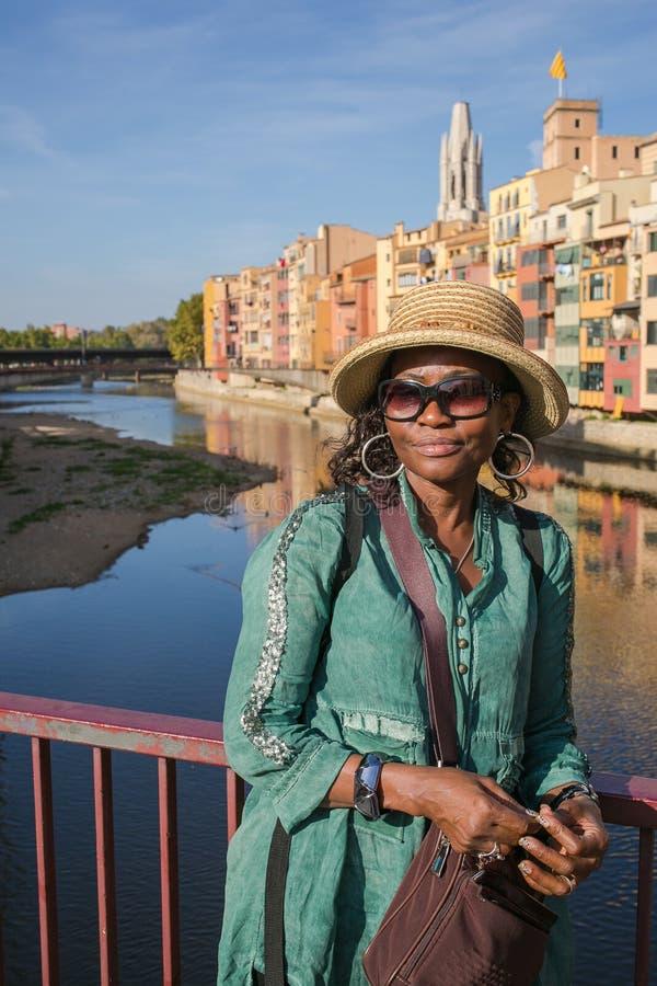 Signora africana che si appoggia un ponte fotografia stock