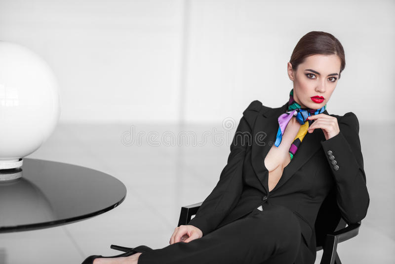 Download Signora Alla Moda Di Affari In Vestito Nero Nell'interno Minimalistic Fotografia Stock - Immagine di elegante, esame: 55354604