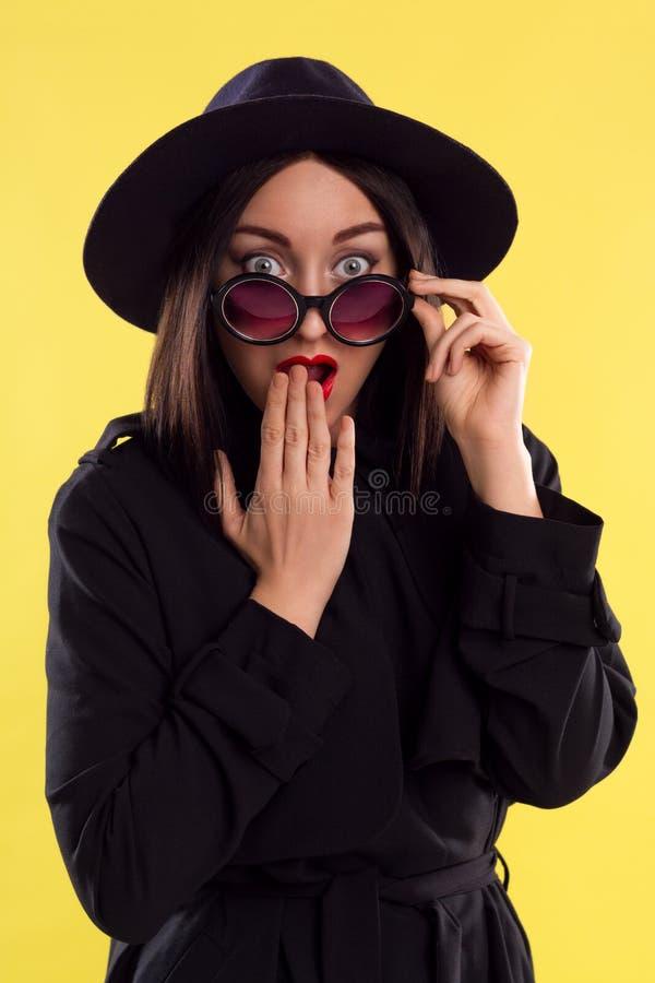 Signora alla moda In Sunglasses di modo fotografie stock libere da diritti