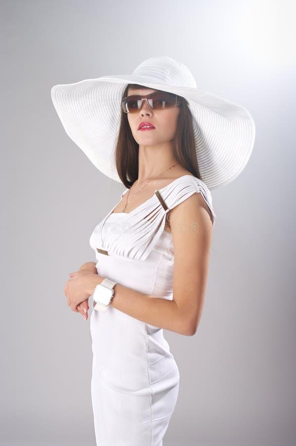 Signora alla moda in vestiti bianchi immagine stock libera da diritti