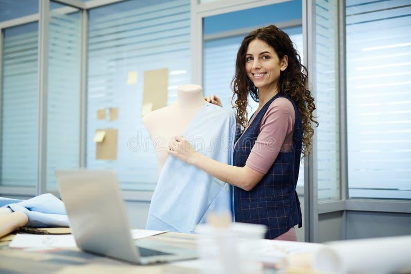 Signora allegra che crea progettazione del vestito immagini stock libere da diritti