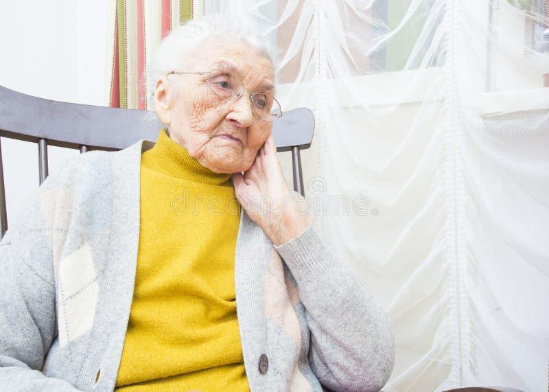Signora anziana che contempla fotografie stock