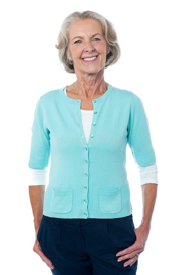Signora anziana che posa con indifferenza, ritratto integrale. fotografia stock