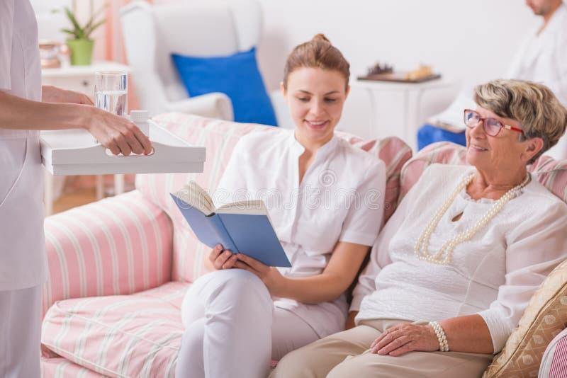 Signora anziana in clinica privata immagini stock libere da diritti