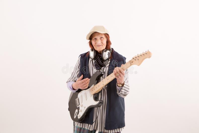 Download Signora Anziana Divertente Che Gioca Chitarra Elettrica Fotografia Stock - Immagine di elder, anziano: 55352396
