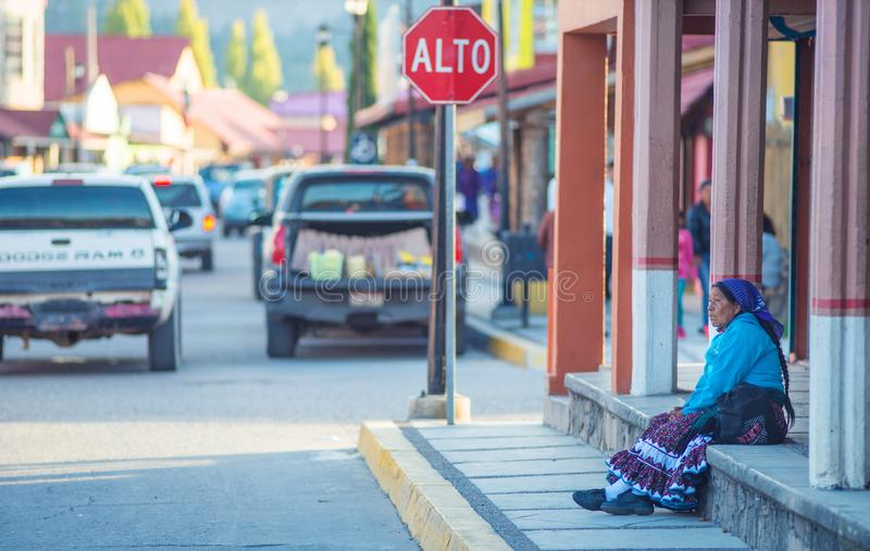 Signora anziana indigena indigena in vestito tradizionale in via variopinta della città, in rastrelliera, il Messico, America fotografia stock libera da diritti