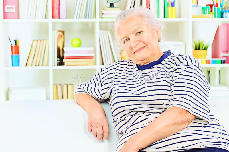Signora anziana rilassata fotografia stock libera da diritti