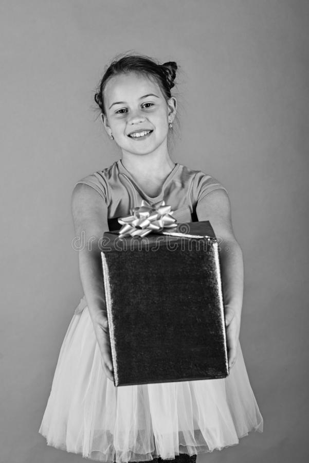 Signora apre il regalo blu per il Natale Ragazza con il contenitore di regalo fotografia stock libera da diritti