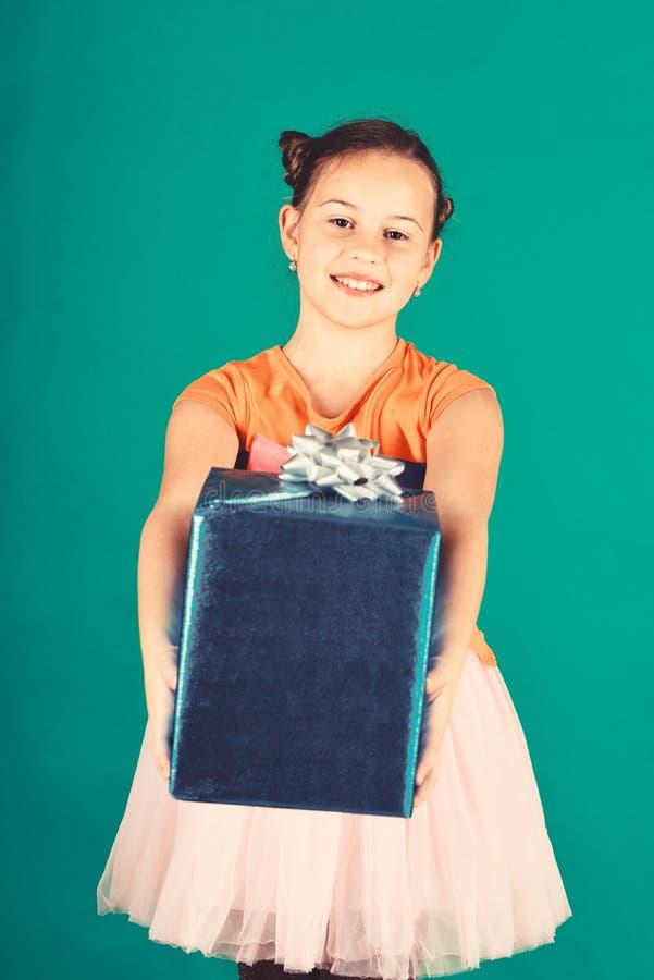 Signora apre il regalo blu per il Natale Ragazza con il contenitore di regalo fotografia stock