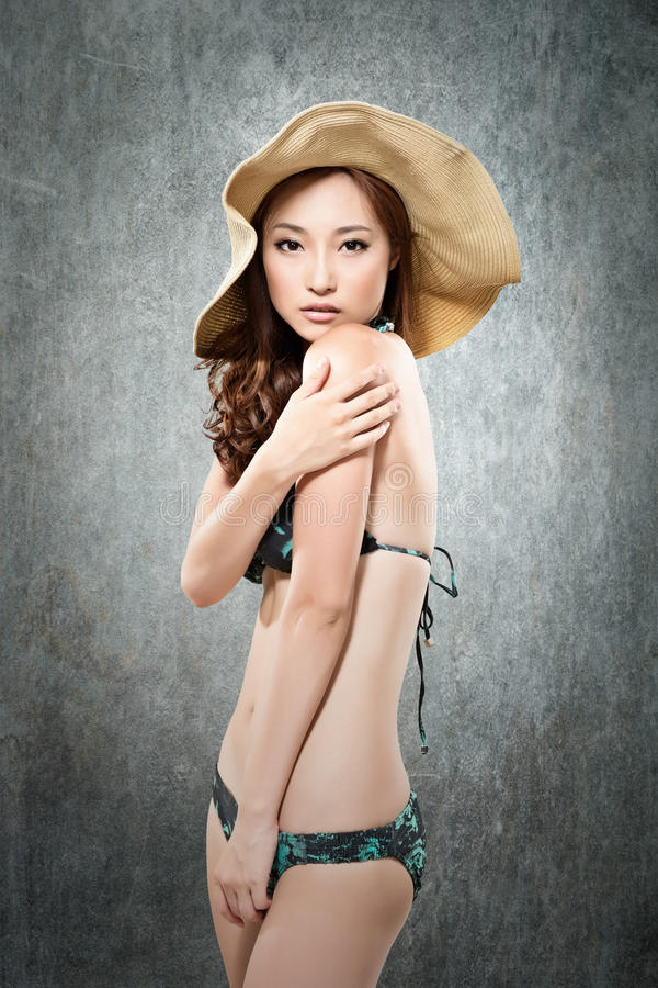 Signora asiatica in bikini immagine stock