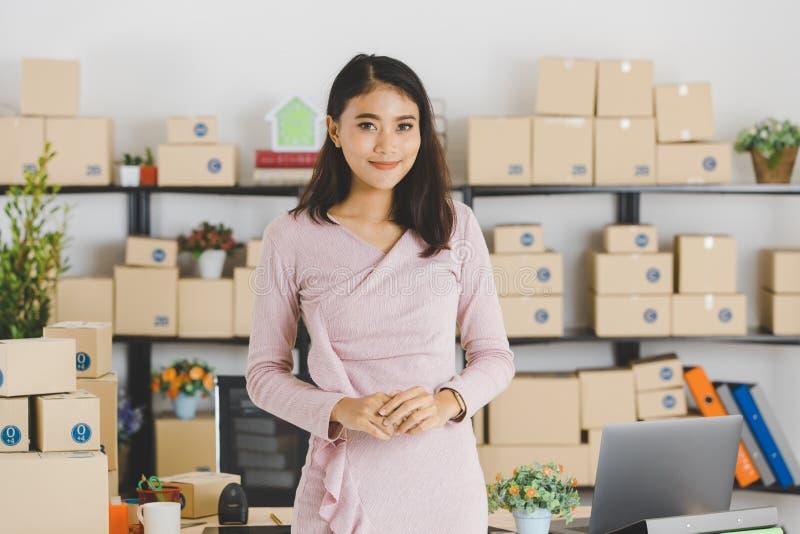 Signora asiatica di affari all'ufficio immagini stock libere da diritti
