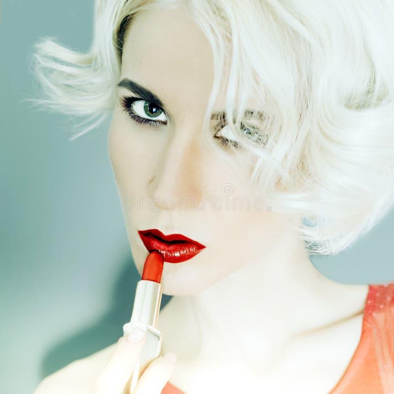signora bionda sensuale con rossetto rosso immagine stock