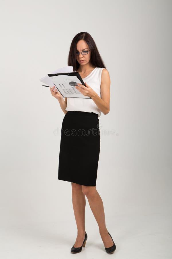 Signora castana di affari con il bordo di graffetta immagini stock libere da diritti