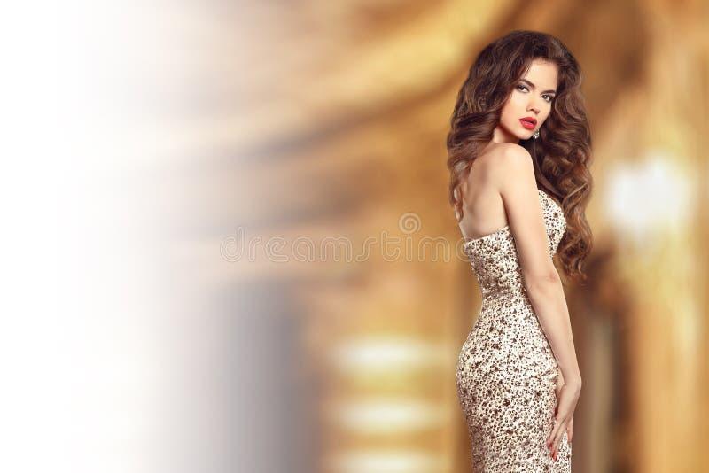 Signora castana elegante di bello modo in vestito con le gemme borda immagine stock