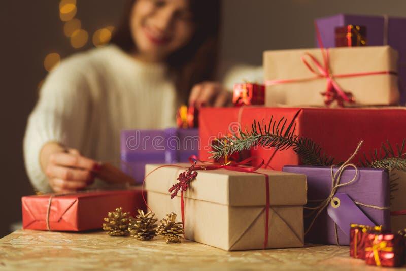 Signora che disimballa regalo di Natale fotografia stock