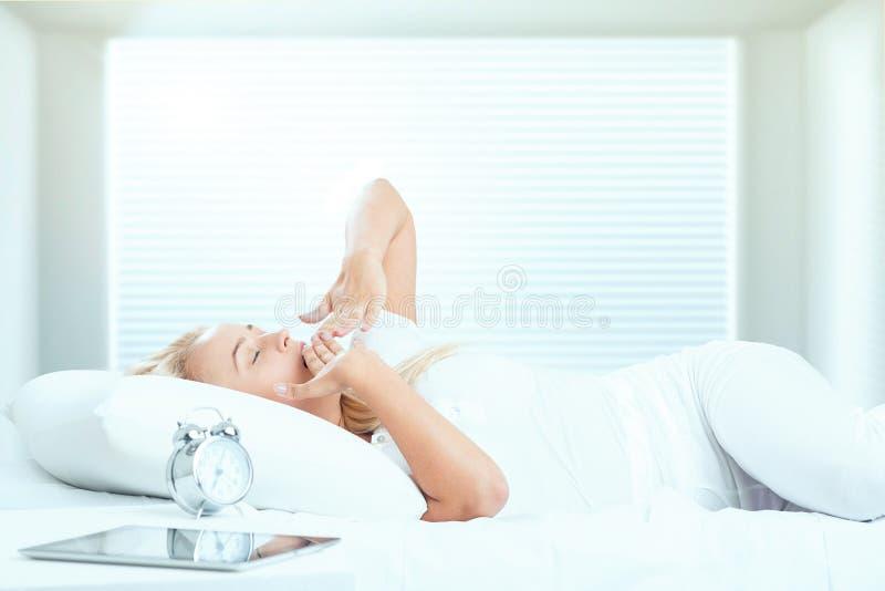 Signora che dorme nel suo letto immagini stock libere da diritti