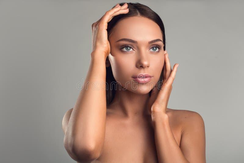 Signora che gode della sua pelle dopo il cosmetologo fotografie stock