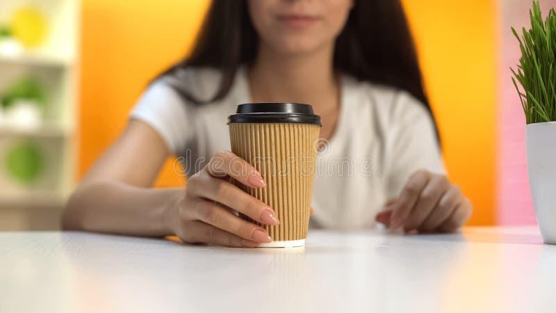 Signora che tiene la tazza di carta del caff?, bevanda per energia di mattina, porta via il servizio immagine stock