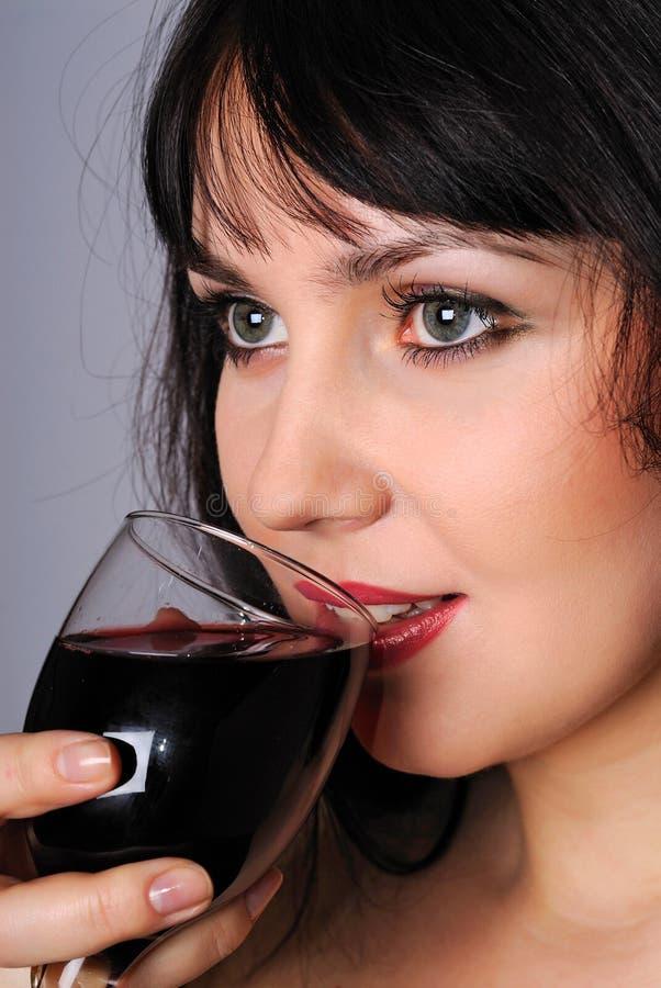 Signora che tiene un vetro di vino fotografia stock libera da diritti