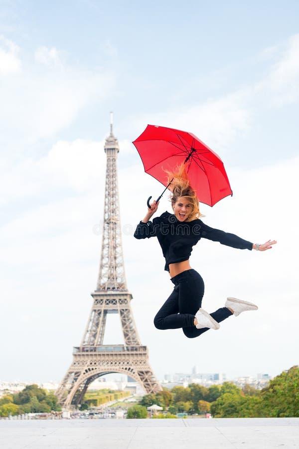 Signora con l'ombrello eccitato circa la torre Eiffel di visita, fondo del cielo Sportivo di signora e attivo turistici nella cit fotografie stock libere da diritti
