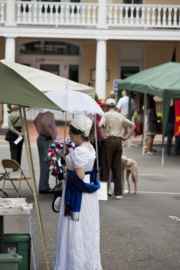 Signora in costume di epoca che partecipa alla guerra della commemorazione 1812 in Warrenton, la Virginia immagini stock libere da diritti