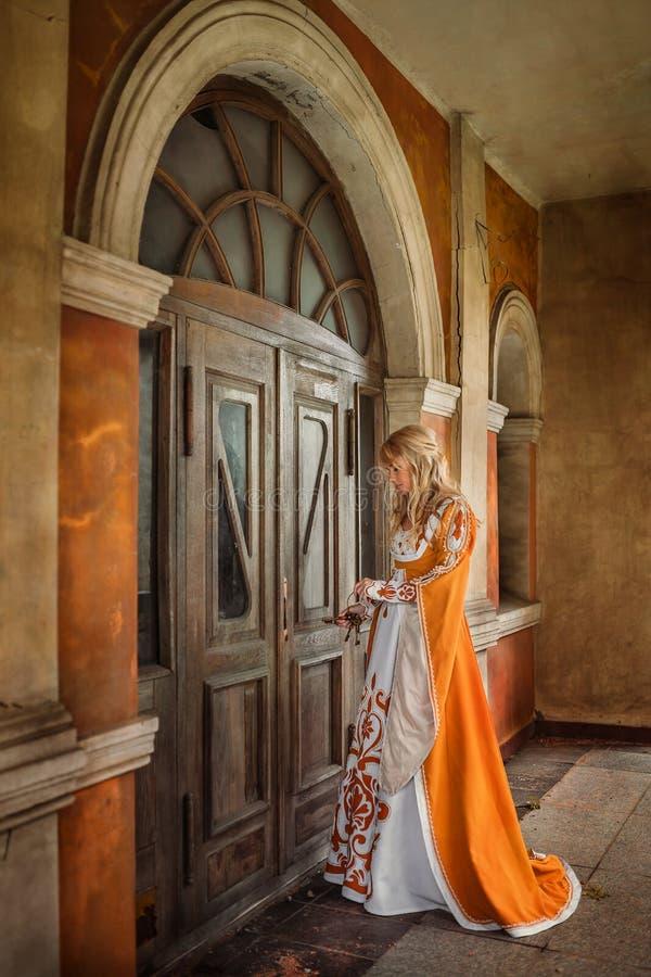 Signora in costume medievale immagine stock libera da diritti