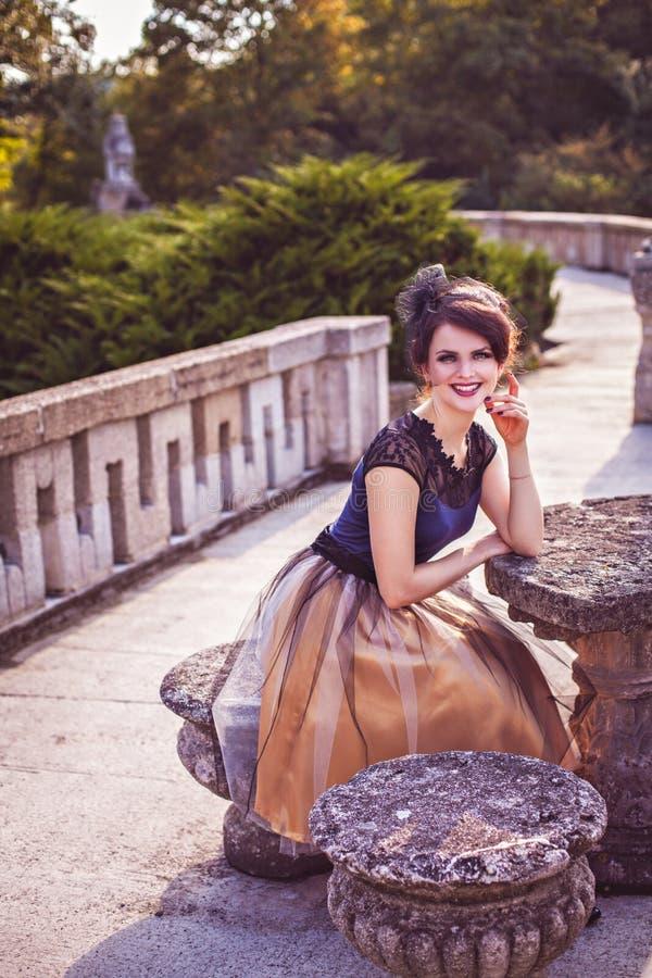 Signora delicata in vestito da sera fotografie stock libere da diritti