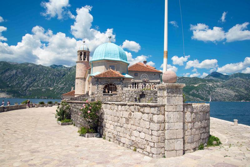 Signora dell'isola della roccia nel giorno soleggiato del Montenegro immagini stock
