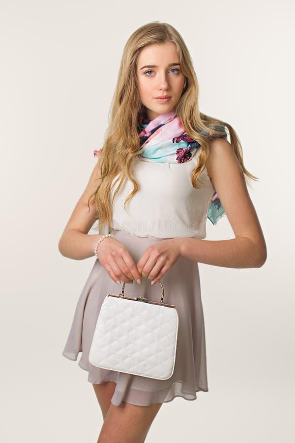 Signora della primavera Sguardo Charming Piccolo clatch bianco piacevole fotografie stock