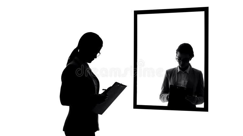 Signora di affari che fa le note, ugualmente sovraccaricate per notare vita passare vicino, arrivista immagini stock