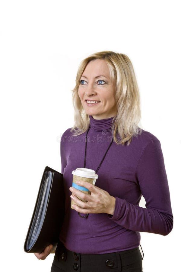 Signora di affari con caffè e la cartella fotografia stock libera da diritti
