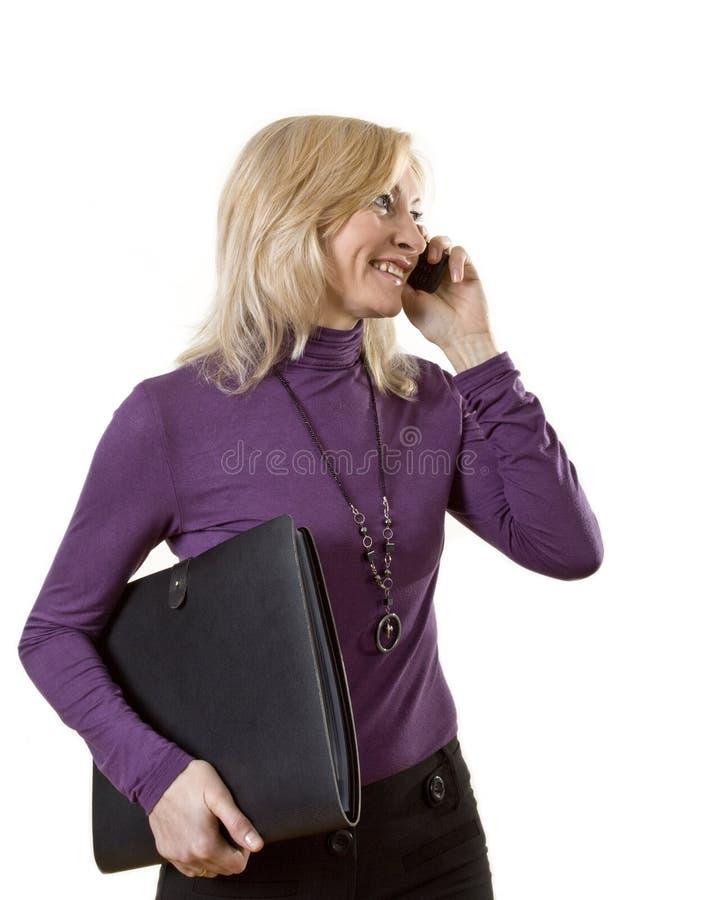 Signora di affari con il telefono e la cartella fotografia stock libera da diritti