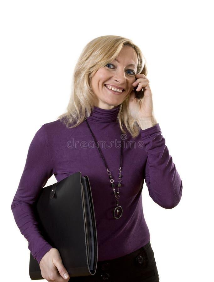 Signora di affari con il telefono e la cartella immagine stock