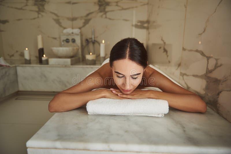 Signora di calma che chiude i suoi occhi mentre rilassandosi nel bagno turco di stupore fotografia stock libera da diritti