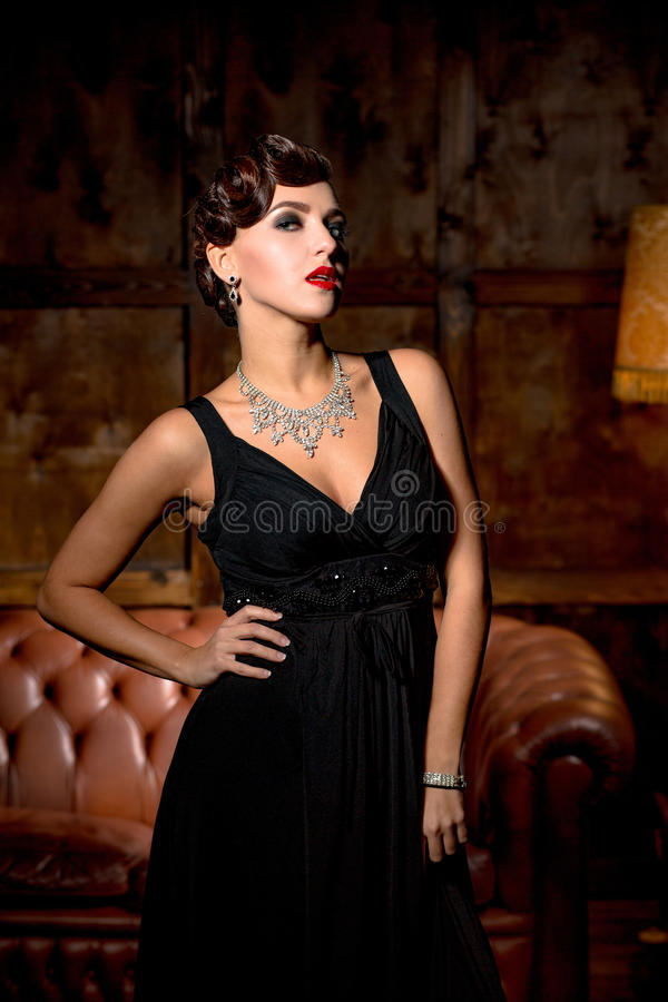 Signora di civetta con le labbra rosse in ristorante fotografia stock